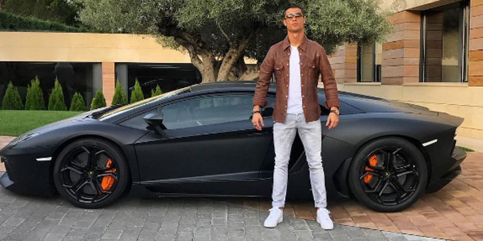 cristiano-ronaldo-pose-a-cote-de-sa-nouvelle-voiture-football_48dbdbe2c45ec13313019ca8a0824745.jpg